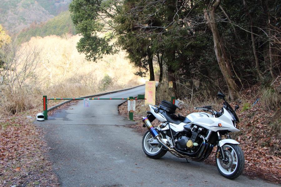 バス停「空谷橋」からの林道岡山線の入口