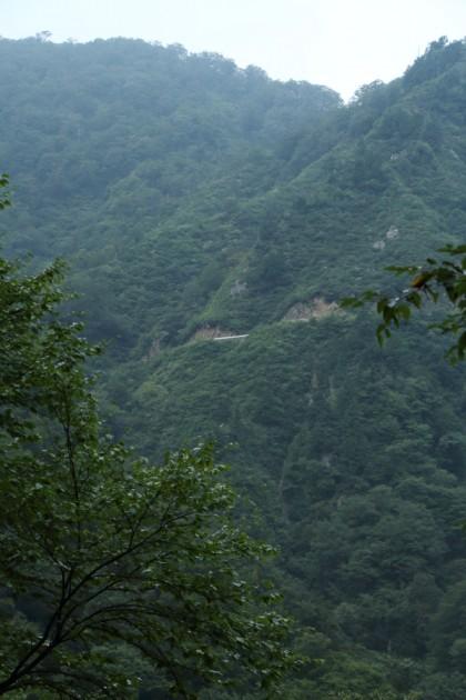 絶壁を縫う峠道