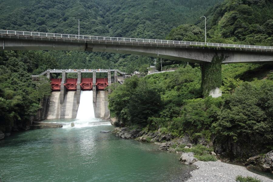 久瀬ダムと国道303号