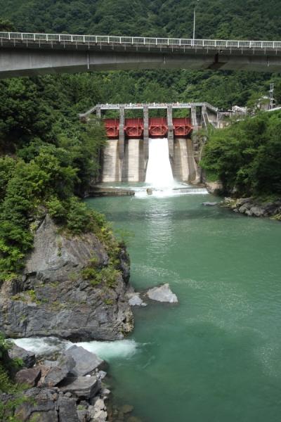 久瀬ダムと国道303号の高架橋