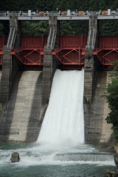 久瀬ダムの放水