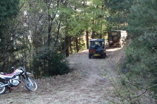 松尾峠を走るジープ