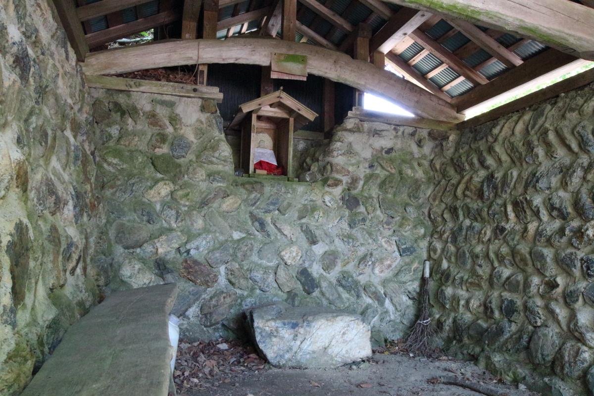 佐々里峠の石室内の地蔵