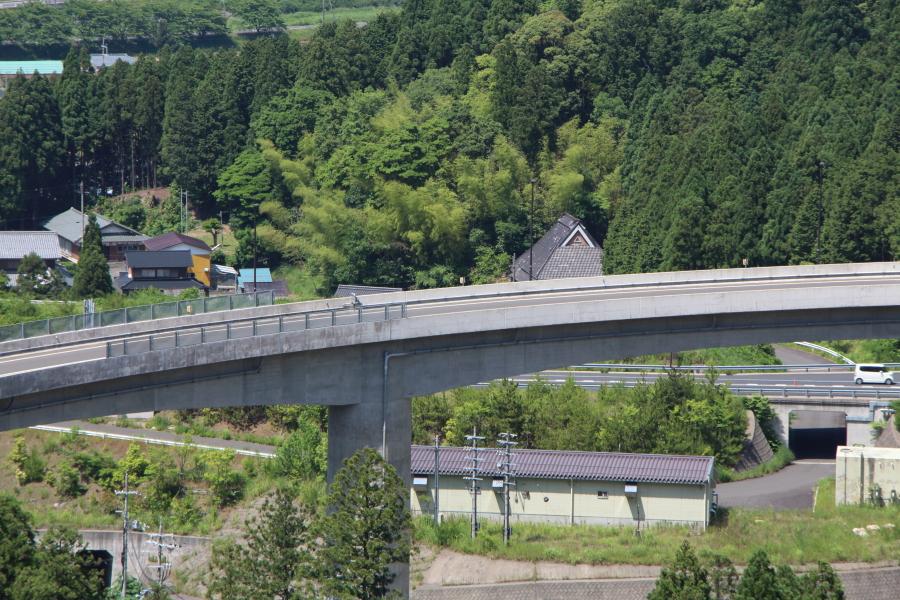 山間を回るループ橋