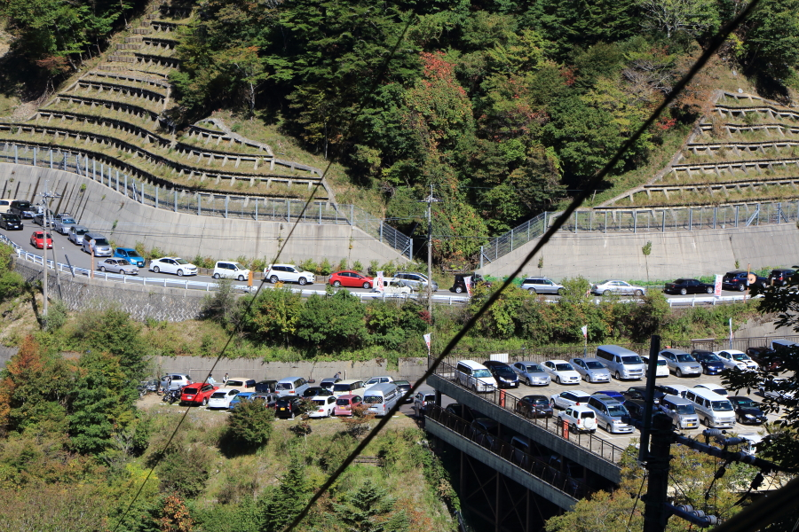 剣山は登山者で交通渋滞