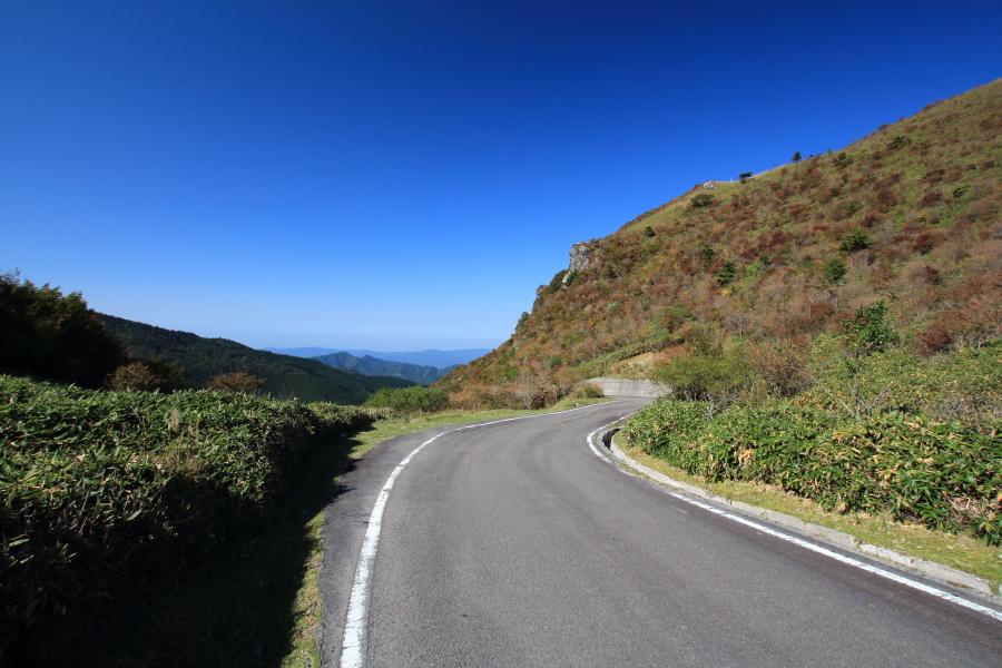 香川県方向、桟敷峠へ至る路面