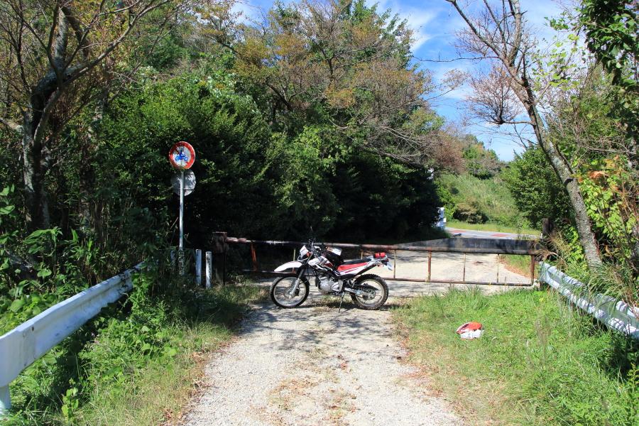 十三峠側の通行止めゲート