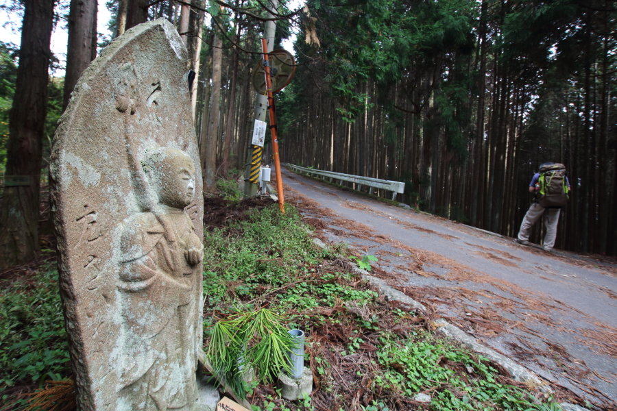 七越峠の道標地蔵