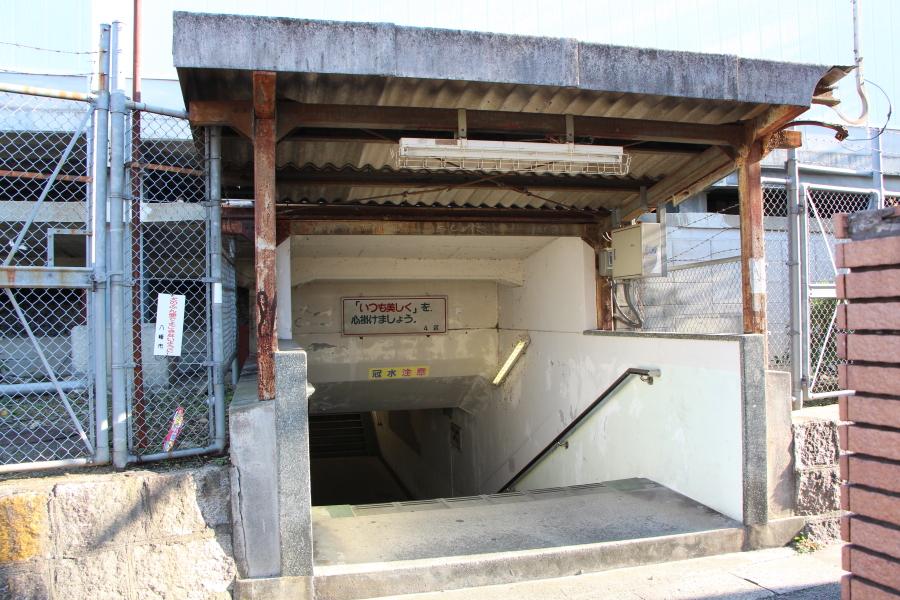 京阪本線を潜る通路