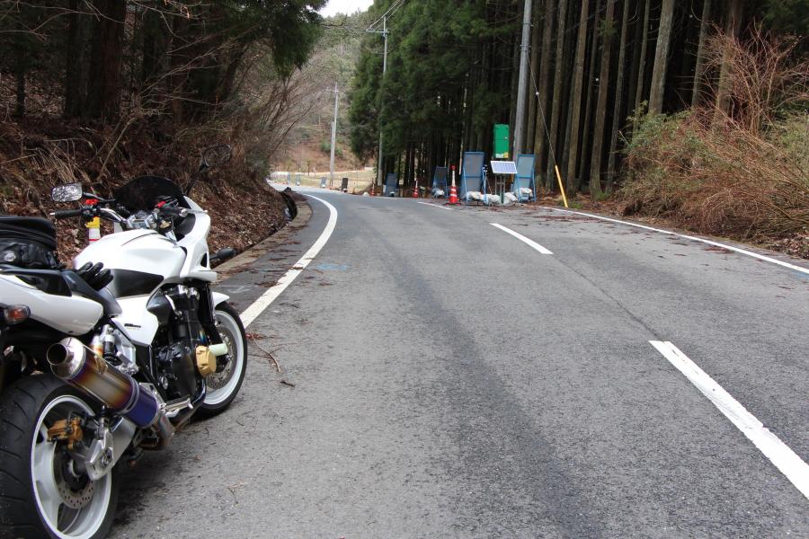 藤坂峠 T点:藤坂峠の東方は緩やかな勾配。 藤坂峠の位置図 ≫ その他の地図へ 藤坂峠/多紀アル