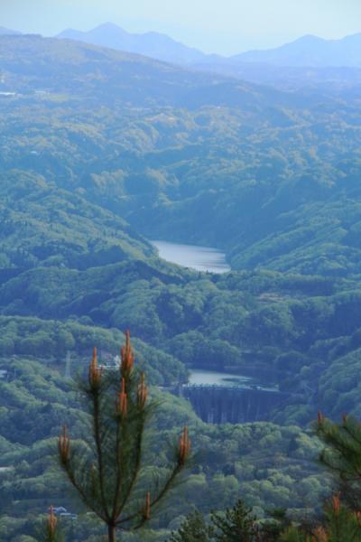 三国越展望台から高山ダムと月ヶ瀬湖を望む