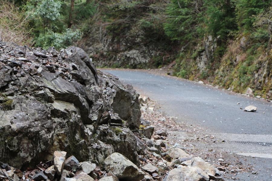サンギリ林道の落石