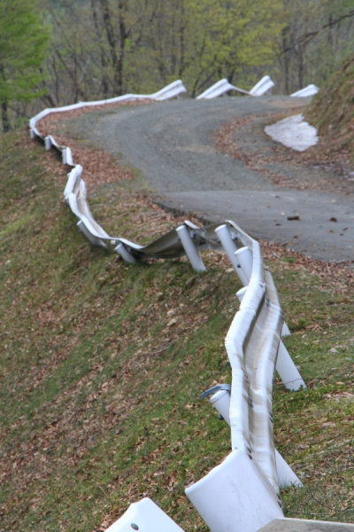 林道上根来線の折れ曲がったガードレール
