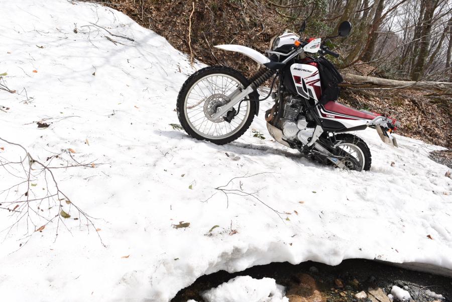 雪と林道とセロー